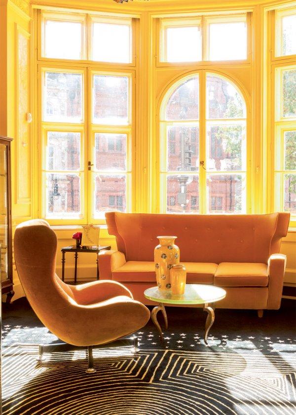 4_maison_de_solange_azgury_partridge_coin_jaune_avec_fauteuil_et_canape