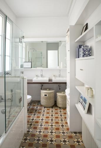Espacio en blanco Eixample Barcelona Bathroom